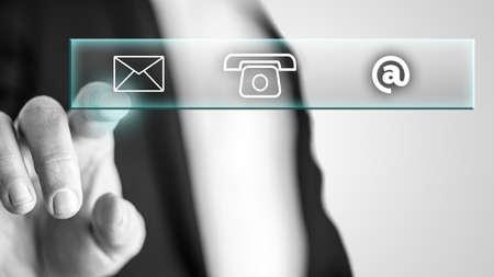 接触部からメールのアイコンを指で押すと男性の手は、対話型の画面に表示されます。 写真素材