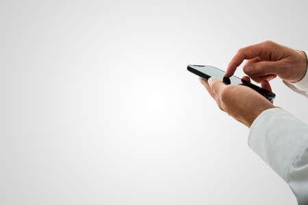 남자 인터넷 서핑 또는 복사 공간 회색 통해 자신의 손가락으로 터치 스크린을 탐색 스마트 폰에 전화를 걸.