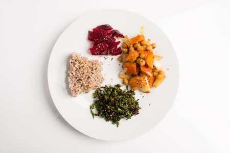 alimentacion balanceada: Vista superior de la placa nutritiva macrobiótica - alforfón, algas marinas con cebolletas, garbanzos con verduras y remolacha REDD. Foto de archivo