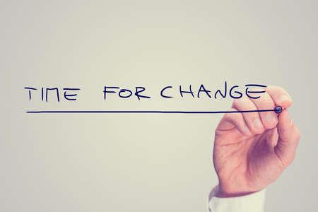firmness: La mano Tiempo de Escritura para el Cambio Frase Aislado en el fondo Gary.