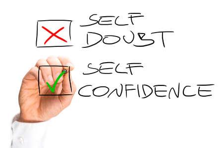Menselijke hand Markering X op Self Doubt en Controle van zelfvertrouwen in Check Box List. Geïsoleerd op een witte achtergrond.