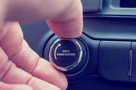 confidence: Imagen conceptual de la mano de un hombre que da vuelta a un dial con las palabras - Confianza en uno mismo - y una flecha que representa el aumento de los autoestima, la autoestima y la conciencia.