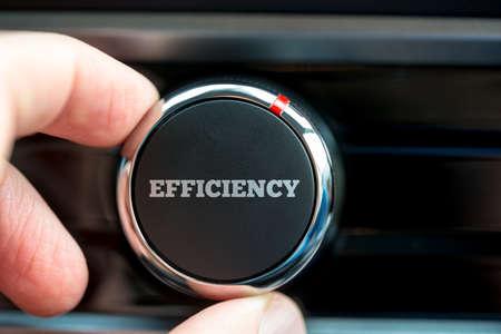 Gros plan sur les doigts d'un homme tournant un bouton d'alimentation lecture - Efficacité - sur un élément de l'équipement électronique.