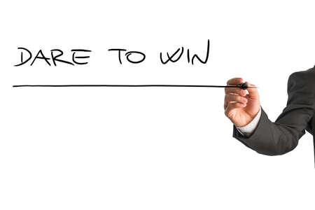 osare: Uomo che scrive un messaggio motivazionale aziendale - Dare a vincere - su un'interfaccia virtuale o schermo con un pennarello in segno di incoraggiamento, con copyspace per il testo. Archivio Fotografico
