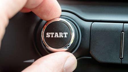 powerbutton: Hombre girando un dial o el mando de control electr�nico con la palabra de inicio en la parte superior de una imagen conceptual.