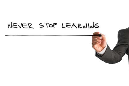 nunca: Empresario escrito - Nunca dejar de aprender - con un rotulador negro en una pantalla virtual sobre blanco con mucha copyspace en un concepto educativo.