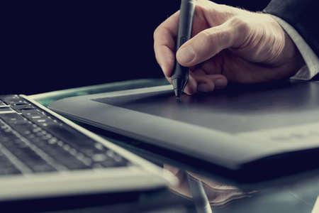 레트로 효과는 디지털 태블릿 펜으로 작업하는 그래픽 디자이너의 이미지를 톤.