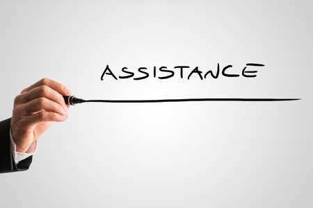 aide à la personne: Gros plan d'hommes écriture à la main mot Assistance sur écran virtuel gris. Conceptuel de soutien aux entreprises, service à la clientèle ou de l'aide médicale et l'aide à domicile.