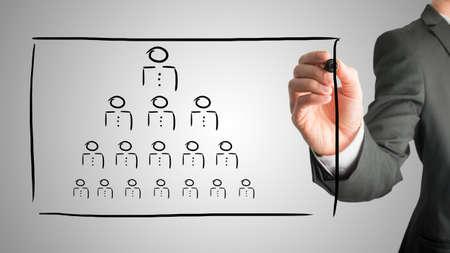 jerarquia: Empresario dibujar un concepto de jerarquía en una interfaz virtual con una pirámide de formación de las personas que representan el jefe, el liderazgo y la fuerza de trabajo en recursos humanos.