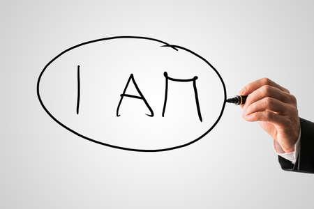회색 글자 가상 화면에 오전 편지를 작성하는 치료사의 손 확대 사진. 개인적 본질, 자기 인식 및 정신적 지원의 개념.