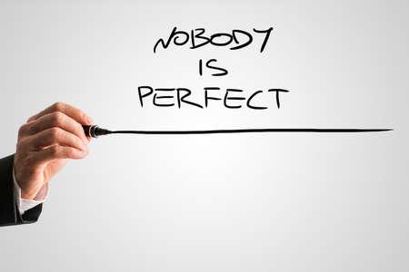crecimiento personal: Conceptual del hombre de negocios Escritura Nadie es Perfecto Frase con Subrayado en abstracto gris.