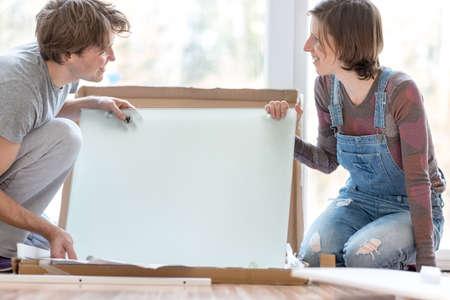 Glückliche Junge Paare, Die Freude An Der Zusammenstellung Selbstmontage  Möbel, Wie Sie In Ihr
