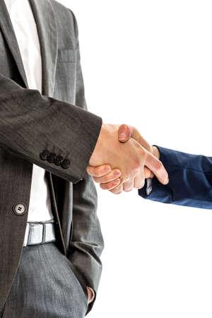 cerrando negocio: Primer plano de abogados masculinos y femeninos o socios de negocios dándose la mano. Conceptual del éxito, cerrar un negocio o sociedad. Sobre fondo blanco.