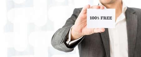 100% 自由に署名と白のビジネス カードを示すセールスマンのクローズ アップ。ビジネスのマーケティングと小売の概念。 写真素材