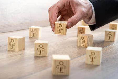 顧客管理関係コンセプト - ビジネスマンのシンボル テーブルの上に小さな木のブロックを配置します。 写真素材
