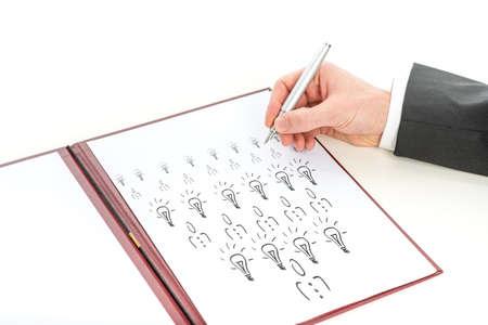 piramide humana: Mano de un hombre de negocios, gerente o reclutador profesional, dibujo en un cuaderno de su visi�n acerca de una empresa innovadora con �xito con los empleados creativos, close-up, con copia espacio en blanco.