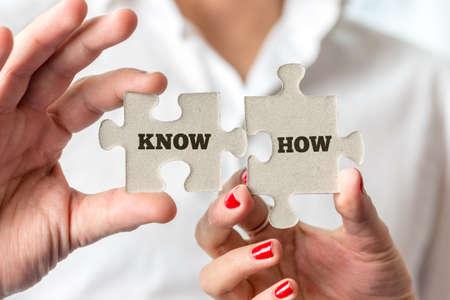 닫기 최대 실업가 손에 들고 퍼즐 조각을 개념적 알고 어떻게 텍스트.