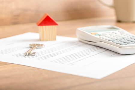 부동산 개념 집 판매, 임대, 보험 또는 저당에 대한 계약에 누워 실버 하우스 키, 팁에 초점을 맞춘 낮은 각도를 볼. 스톡 콘텐츠