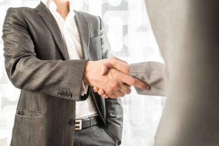 男性と女性のビジネスや政治のクローズ アップのパートナー契約で握手。