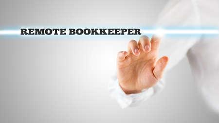 bookkeeper: El hombre de negocios de la mano de la pantalla Tocar con Palabras de relieve la lectura Contador remoto.