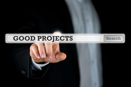 Homme d'affaires poussant une bonne barre de recherche de projets sur un écran d'ordinateur virtuel ou une interface.