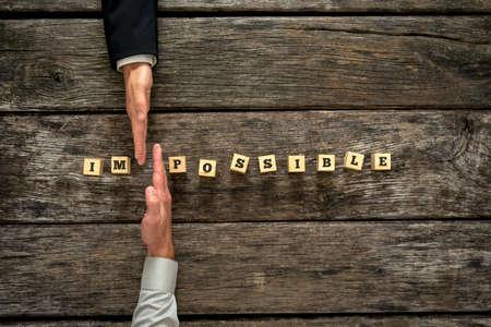 개인 컨설턴트와 그의 클라이언트에 합류 힘은 가능으로 불가능 단어를 변경합니다. 생활, 직업 및 장애물 대한 개인적인 관점의 변화의 개념.