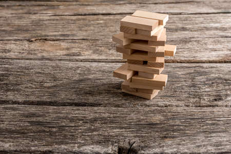 Träpluggar placerades i ett torn liknande struktur. Konceptuell affärsstrategi, utbildning och fritid spel. Stockfoto
