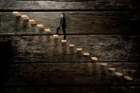 Homme d'affaires marchant sur escalier en bois, conceptuel de carrière dans les affaires de développement.