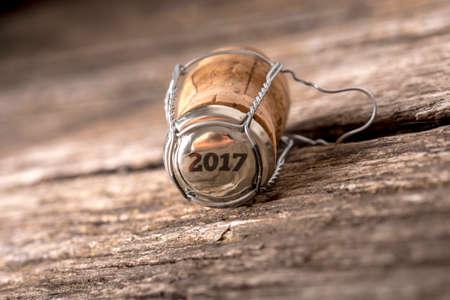 Het jaar 2017 gestempeld als nummer op fles wijn kurk op verweerde oude houten tafel.
