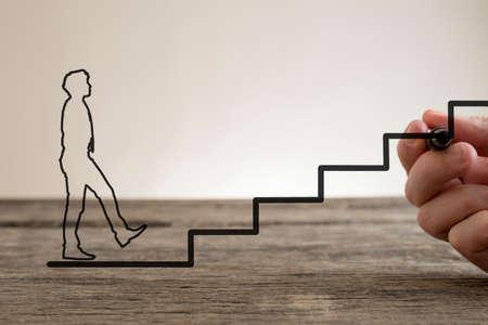 dessin au trait: Man tracer la ligne de l'escalier avec un stylo marqueur pour le contour d'un homme d'affaires d'escalade vers le succès d'affaires, conceptuel du partenariat et le travail en équipe.