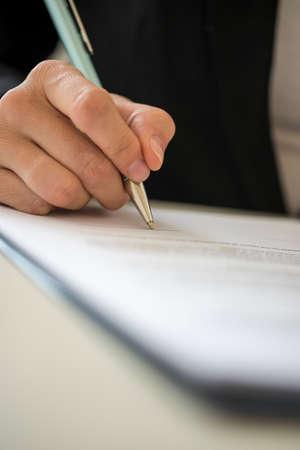 ペンで契約女性のローアングル視点。