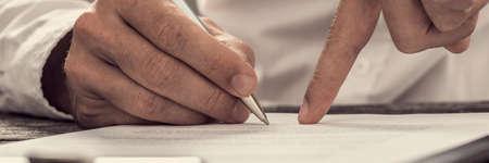 Imagen de estilo retro de un empresario mostrando su nuevo socio de negocios donde firmar compromiso o contrato. Foto de archivo - 81805869