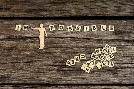 図ダイビング不可能な文字は、飛散タイルの山で可能な木製の背景上に記号を並べて表示します。 写真素材