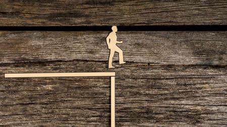 종이 실루엣 컷 아웃 남자 복사본 공간 소박한 나무를 통해 피하기 위해 절벽의 가장자리에서 약 반환의 지점에 도달.