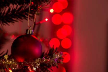 빨간 크리스마스 공 및 백그라운드에서 복사본 공간에서 반짝 파티 조명.