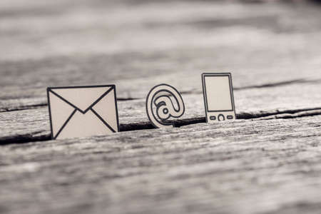 Image rétro du concept de communication d'affaires avec des icônes pour le courrier électronique, une adresse Web et un téléphone sur une table en bois rustique. Banque d'images - 89454908