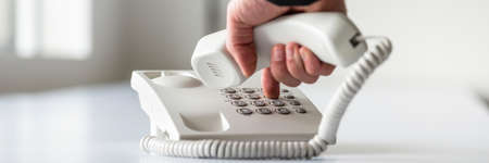 Vista panorámica amplia de una mano masculina marcando un número de teléfono para hacer una llamada telefónica. Foto de archivo - 91806208