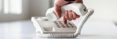 vue de côté large d & # 39 ; un homme tenant une numérotation numéro de téléphone à utiliser un appel de téléphone appeler