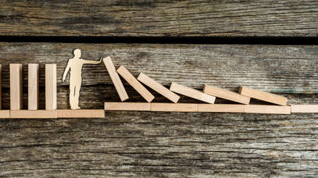 ドミノ効果のリスクに対する紙の男のシルエット, セキュリティや安定性の概念.