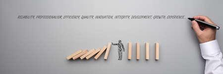 Weitsichtmagier der geschäftlichen Herausforderung und des Energiekonzepts - Form eines Geschäftsmannes, der fallende Dominosteine auf grauem Hintergrund stoppt