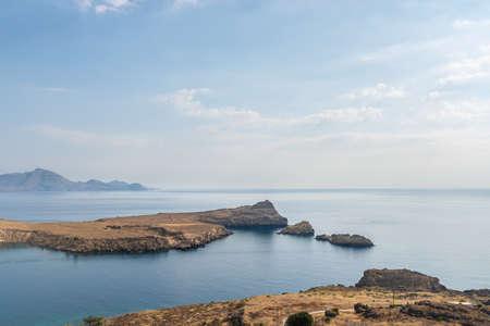 Ansicht der trockenen Landschaft und des schönen Ozeans durch die Insel Rhodos, Griechenland.
