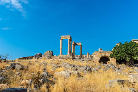 Vue sur les ruines antiques et les piliers de l'acropole de Lindos en Grèce.