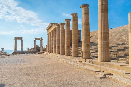 Antike Säulen und Treppenhaus einer schönen Akropolis von Lindos, Griechenland.