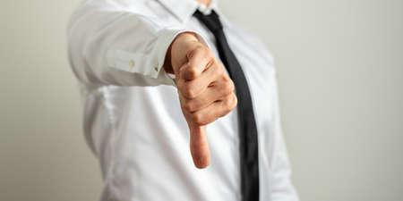 Geschäftsmann, der Ihnen in einem konzeptionellen Bild einen Daumen nach unten zeigt Standard-Bild