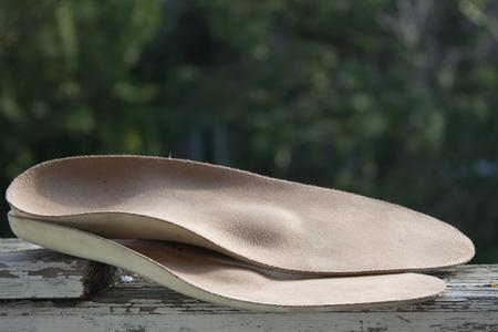 革古い木製ボード屋外で整形外科のインソール。