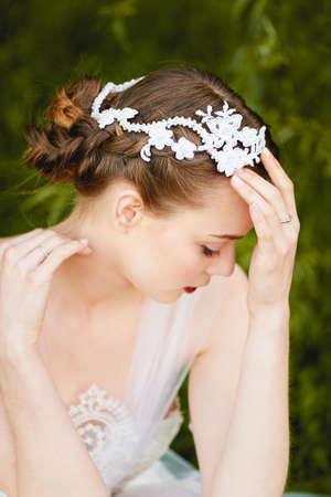 ojos verdes: Primer plano retrato de la chica en el vestido blanco con los ojos verdes que. estilo boho