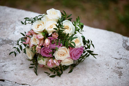 Brautstrauß aus Sahne und rosa Rosen. Brautfloristik