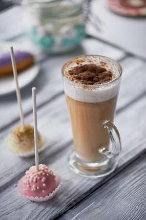 Cappuccino au café avec de beaux bonbons sur des bonbons en bois . Banque d'images - 80729383