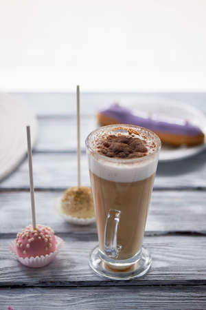Cappuccino au café avec de beaux bonbons sur des bonbons en bois . Banque d'images - 80729384