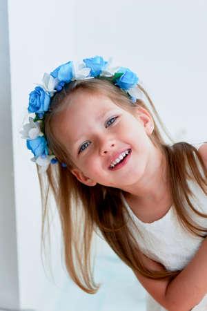 긴 애쉬 - 금발 머리, 활발한 파란 눈 및 조여진 코를 가진 매력적인 여자, 베젤 손수 만든다. 웃 고, 당신의 손을 위로 들고. 미소 짓고 카메라를 찾고